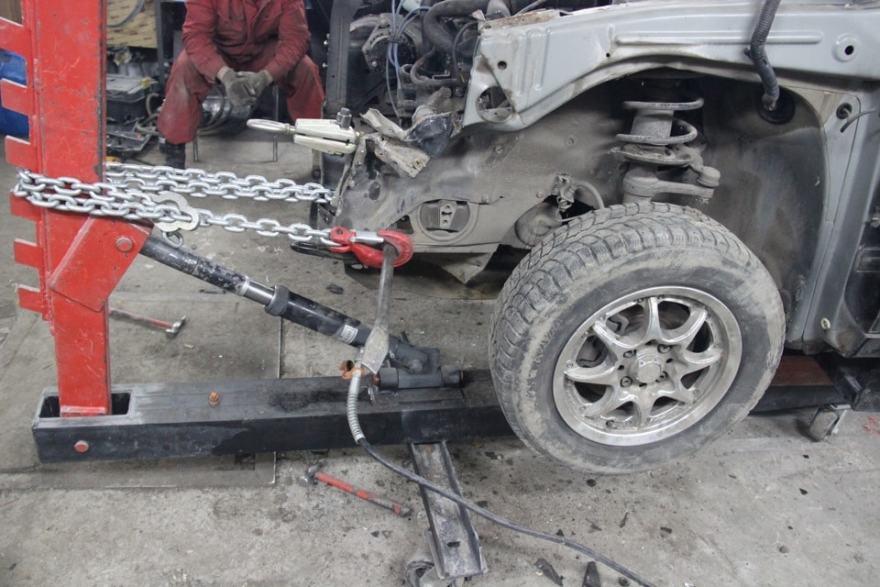 Фото прроцесса вытяжки кузова авто на стапеле в Калининграде