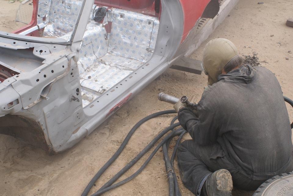 Фото процесса удаления ржавчины пескоструем